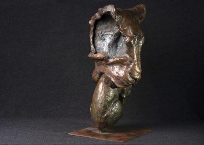Tête de lionne portant son petit, 3/4 profil droit - bronze original