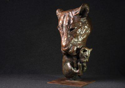 Tête de lionne portant son petit, 3/4 face gauche - bronze original