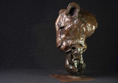 Tête de lionne portant son petit, 3/4 profil gauche - bronze original